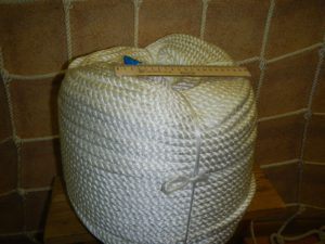 Канат 10мм бел 300x225 Как закрепить защитную сетку на лестницу